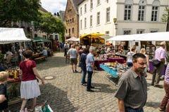 KORNELIMUENSTER,德国, 2017年6月18日, -人们在一晴朗的温暖的天浏览Kornelimuenster历史的市场  免版税库存图片