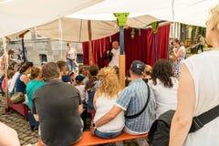 KORNELIMUENSTER,德国, 2017年6月18日, -观看Kornelimuenster历史的市场的人们一个木偶剧院  图库摄影