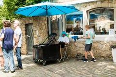 KORNELIMUENSTER, ГЕРМАНИЯ, 18-ое июня 2017 - будочка Jugglerна исторической ярмарке Kornelimuenster на солнечный теплый день стоковое фото