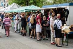 KORNELIMUENSTER, ГЕРМАНИЯ, 18-ое июня 2017 - люди просматривают историческую ярмарку Kornelimuenster на солнечный теплый день стоковые изображения