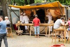 KORNELIMUENSTER, ГЕРМАНИЯ, 18-ое июня 2017 - люди просматривают историческую ярмарку Kornelimuenster на солнечный теплый день стоковое изображение rf