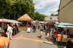 KORNELIMUENSTER, ГЕРМАНИЯ, 18-ое июня 2017 - люди просматривают историческую ярмарку Kornelimuenster на солнечный теплый день стоковая фотография