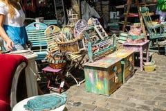 KORNELIMUENSTER, ГЕРМАНИЯ, 18-ое июня 2017 - стулья для продажи на исторической ярмарке Kornelimuenster на солнечный теплый день стоковая фотография rf