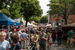 KORNELIMUENSTER, DUITSLAND, 18 Juni, 2017 - de Mensen doorbladeren de historische markt van Kornelimuenster op een zonnige warme  Royalty-vrije Stock Foto's