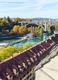 Kornhausbrucke, мост над Aara и старый город, Bern, Швейцария Стоковое Изображение