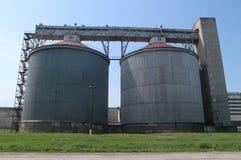Kornhissar: åkerbruk industrianläggning arkivbild