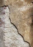 Kornig bruten betongväggbakgrund Arkivfoto
