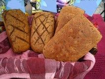 Kornigt hemlagat bröd i en korg Arkivfoto