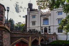 Kornik,波兰2018-09-22,池塘围拢的美丽的Kornik城堡由Aboretum公园 免版税库存图片