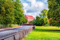 Kornik,波兰2018-09-22,池塘围拢的美丽的Kornik城堡由Aboretum公园 免版税库存照片
