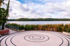 Kornik, Polen 2018-09-22, de Mooie kleurrijke oude stad van Kornik Platform langs een meer met installaties in de voorgrond stock foto