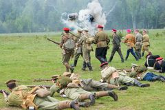 Kornilovs som fotvandrar truppen som ner ligger Arkivfoto