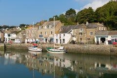 Kornische Hafenszene im Sommer Padstow Nord-Cornwall England Großbritannien lizenzfreie stockbilder
