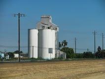 Kornlagringstorn i Kalifornien Central Valley brukar landet Arkivfoto