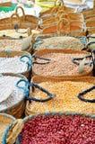 Kornlebensmittel und -gewürze im arabischen Speicher Lizenzfreies Stockfoto