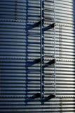 Kornsilor på lantgården för att bruka och lagring av vete Arkivfoton