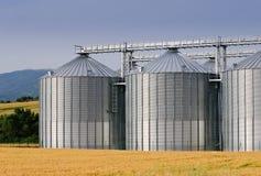 Kornspeicher in der landwirtschaftlichen Landschaft Lizenzfreies Stockbild