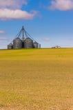 Kornspeichersilos auf einem Bauernhofgebiet Stockfotos