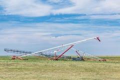 Korntransportörer i åkerbrukt landskap Arkivbilder