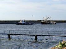 KORNWERDERZAND, НИДЕРЛАНД - 19-ОЕ СЕНТЯБРЯ 2018: Рыбацкая лодка отбуксирована в шлюз стоковое фото