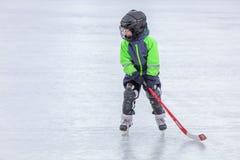 KOROLEV, RUSSIE - 8 MARS 2016 : Jeune garçon pendant la formation de hockey sur glace au stade de Vympel d'air ouvert Image stock