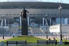 korolev zabytek s M Kirov naprzeciw nowego arena stadionu futbolowego na Krestovsky wyspie w St Petersburg obrazy royalty free