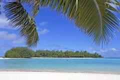 Koromiri小岛在Muri盐水湖在拉罗通加库克群岛 免版税库存照片