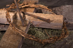 Korona ciernie i Drewniany krzyż Fotografia Royalty Free