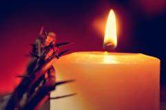 Korona ciernie jezus chrystus i zaświecająca świeczka fotografia royalty free