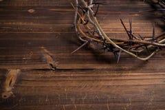 Korona ciernie na drewnianym tle - wielkanoc Obrazy Royalty Free