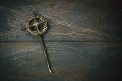 Korona ciernie z krzyżem na nieociosanym drewnianym backgroun zdjęcia royalty free