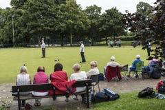 Korona kręgli Zielony dopasowanie w parku w targowym miasteczku Sandbach Anglia Zdjęcie Stock