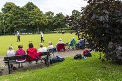 Korona kręgli Zielony dopasowanie w parku w targowym miasteczku Sandbach Anglia Obraz Stock