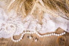 Koronka, perełkowa kolia, kolczyki i ucho kukurudza, wieśniak Fotografia Stock