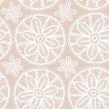 Koronkowej tkaniny bezszwowy wzór z białymi kwiatami na beżowym tle Zdjęcia Stock
