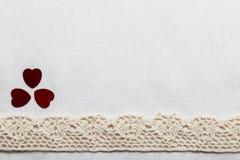 Koronkowi tasiemkowi serca na białym płótnie Zdjęcia Royalty Free