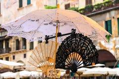 Koronkowy fan i parasol na rynku w Verona, Włochy Fotografia Stock