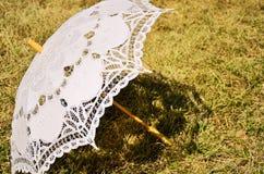 Koronkowy parasol na yellowed trawie Obraz Stock