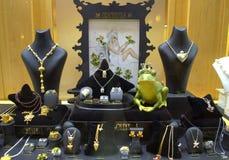 Koronowana zielonej żaby biżuterii gablota wystawowa Obraz Royalty Free