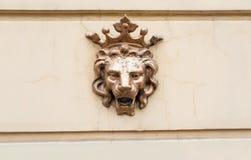 Koronowany lew - symbol władza Postać brązowy lew na fasadzie fotografia stock