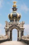 Korony bramy auf niebieskiego nieba tło Zwinger, pałac w baroku stylu Podróży fotografia Obraz Stock