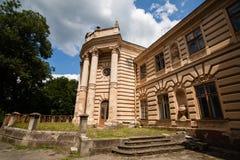 Koropets Ukraina - 30 JULI 2009: Härlig forntida slott i fyrkanten, Koropets, Ternopil region, Ukraina Arkivbild