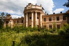 Koropets Ukraina - 30 JULI 2009: Härlig forntida slott i fyrkanten, Koropets, Ternopil region, Ukraina Fotografering för Bildbyråer