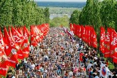 Korowód lokalni ludzie z fotografiami ich krewni w Nieśmiertelnym pułku na rocznym zwycięstwo dniu na Mamaev wzgórzu w Volgograd obraz royalty free