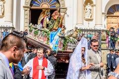 Korowód opuszcza katedrę, St Jame ` s dzień, Antigua, Gwatemala Obrazy Stock