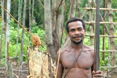 Korowai (Kolufo)有弓箭的部落人在新几内亚的狂放的密林 库存图片