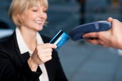 Korporacyjna dama swiping jej kartę płacić Zdjęcia Royalty Free