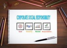 Korporacyjna odpowiedzialność społeczna Notatniki, pióro i barwioni ołówki na drewnianym stole, Obrazy Stock