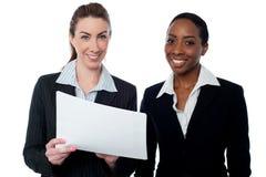 Korporacyjne damy przegląda raporty Zdjęcie Royalty Free