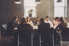 Korporacyjnego biznesu drużyna ma spotkania, dyskutuje projektów plany obrazy stock